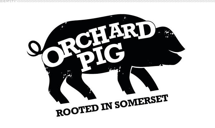 Orchard Pig是英国一家小型的苹果酒与果汁生产商,最近他们有了一个非常有趣的新logo设计,名曰一个真正可爱的猪。由本土品牌设计机构Blue Marlin完成。 苹果、酒与猪的混搭本就十分另类,况且logo设计还很俏皮。  logo设计背景: Orchard Pig可以直译为果园猪,logo设计品牌的发源自两个好朋友在自己家果园里享受苹果酒和烤猪,一拍即合取了这个名字,销售自家酿制的酒类和饮料。从最早的年销售额25,000英镑发展为现在的百万英镑。 Orchard Pig由West Brad